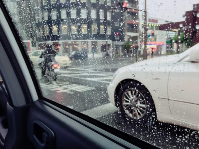 タクシー 雨